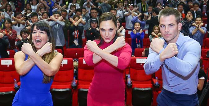 งานเปิดตัวหนัง Wonder Woman เดินหน้าโปรโมทที่ เซี่ยงไฮ้ แฟนคลับแห่ให้กำลังใจคับคั่ง
