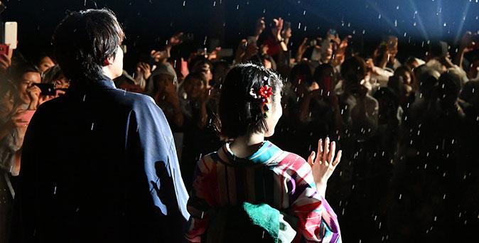 งานเปิดตัวหนัง Hello World ฝ่าสายฝนเปิดตัวหนังรอบปฐมทัศน์ที่เกียวโต พร้อมแฟน ๆ กว่า 1500 ชีวิต
